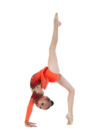 acrobacia: hermosa chica se sienta en una splits - mira a la cámara aislada