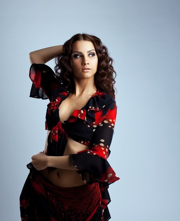 gitana: Soporte linda bailarina joven en traje de gitana en gris