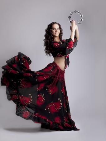 tambourine: Belleza joven mujer bailan en traje de gitana con pandereta aislado Foto de archivo