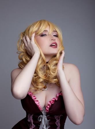 キャラクター: セクシーなコスチューム コスプレ アニメ キャラクターの若い女性のドレス
