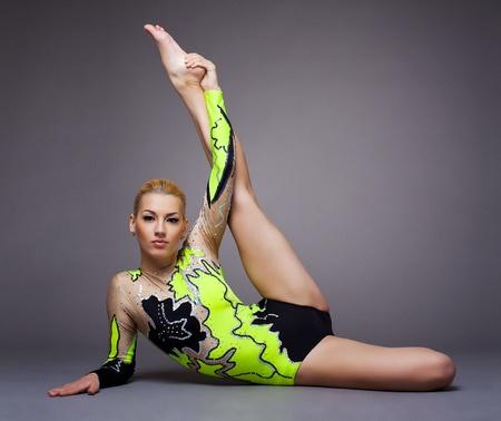 mujer deportista: Mujer joven linda en traje de gimnasta mostrar habilidad atlética