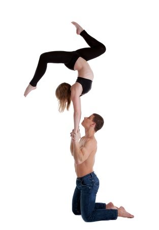 acrobacia: Un par de espect�culo joven gimnasta pararse en la mano aisladas