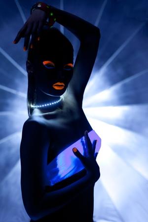 body paint: Chica con la danza ultravioleta discoteca de maquillaje en la oscuridad