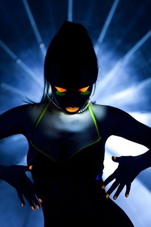 body paint: Belleza mujer bailan con el resplandor de maquillaje con luz ultravioleta