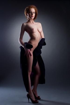 naked young women: Сексуальная обнаженная женская верхняя разделась позирует с черным пальто эротического портрета