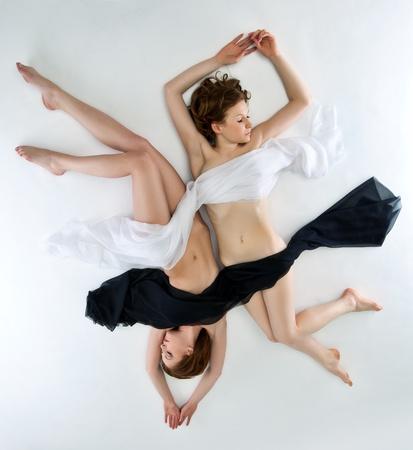 young couple sex: Красота голых дам Инь Ян позиции лежал под черным и белым покрывалом