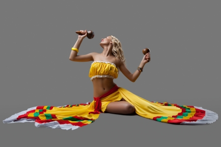 traje mexicano: Estudio de retrato de la bailarina sexy en traje mexicano