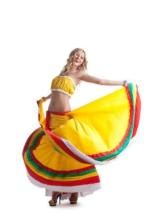 traje mexicano: Retrato de cuerpo entero de la bailarina en traje mexicano aislado en blanco