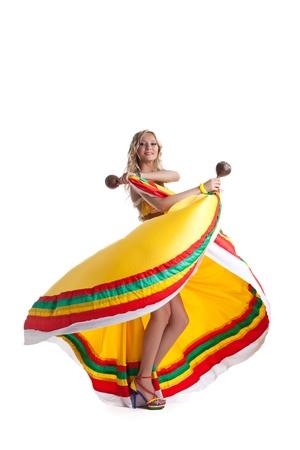 traje mexicano: Mujer joven realiza danza mexicana aislado en blanco