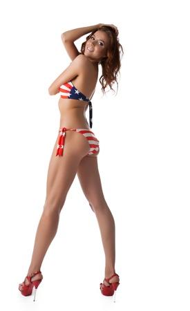 ni�as en bikini: Mujer joven morena en bikini con un tejido aislado en blanco Foto de archivo