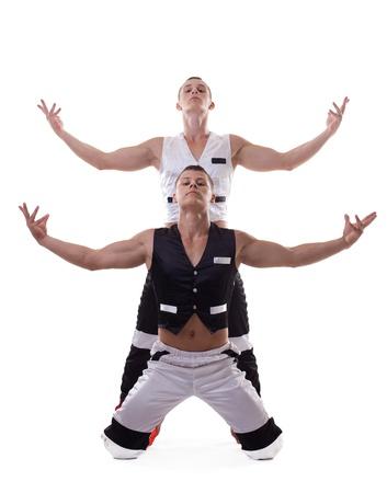 bailarin hombre: dos hombres atléticos fuertes muestran espectáculo de danza aislado