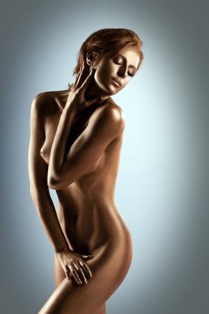 mujeres jovenes desnudas: La mujer con el cuerpo desnudo perfecto como la estatua de metal de maquillaje