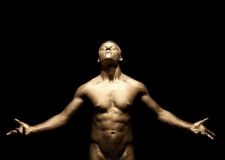 m�nner nackt: Beauty starken Mann stehen unter Licht mit gold Haut