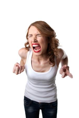 argumento: mujer morena con ira grito de tirantes en la tensión aislado