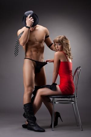 man and woman sex: ню спортивный человек стриптиз-шоу для сексуальная девушка в красном