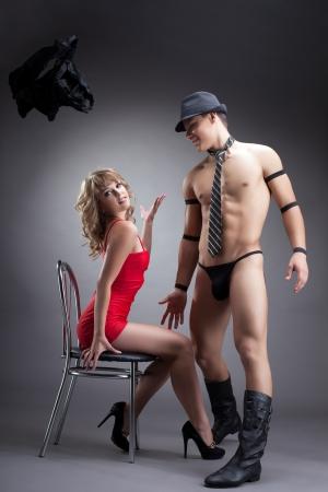 young sex: Молодая сексуальная девушка в красном мужчины раздеваются стриптиз