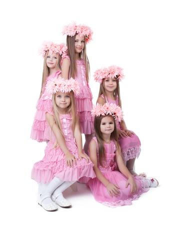 petite fille avec robe: Cinq petites filles en robes roses et des couronnes Isolé sur fond blanc