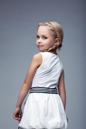 petite fille avec robe: Studio portrait d'une petite fille en robe blanche
