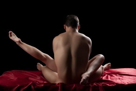mujer desnuda de espalda: Retrato de estudio de la joven pareja teniendo sexo en la cama Foto de archivo