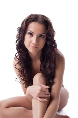 naked young women: Красота Портрет молодой женщины позирует обнаженной на белом