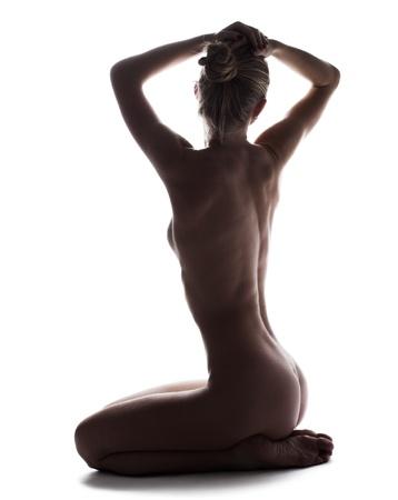 mujer desnuda sentada: Mujer joven desnuda y sexy aislados en blanco