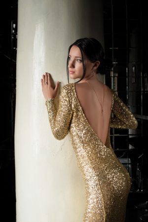 glamour woman elegant: Glamour portrait of beautiful brunette woman in gold dress
