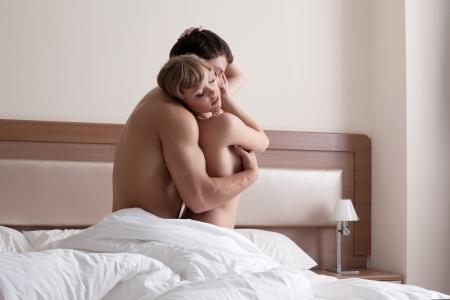 pareja desnuda: Belleza joven pareja haciendo el amor por la ma�ana en el dormitorio