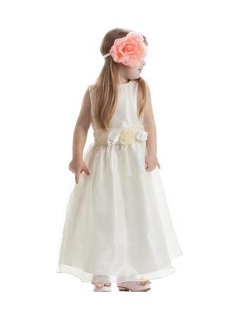 petite fille avec robe: Petite fille en robe longue Isolé sur fond blanc Banque d'images