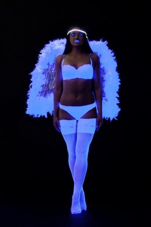 gogo girl: Volle L�nge Portr�t von go-go M�dchen in sexy Engelskost�m