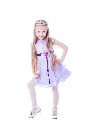 petite fille avec robe: Portrait en pied de belle petite fille en robe pourpre isolé sur blanc