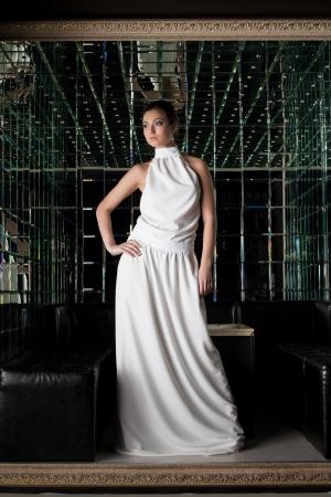 vestido de noche: Bastante joven Morena en el club nocturno de moda Foto de archivo