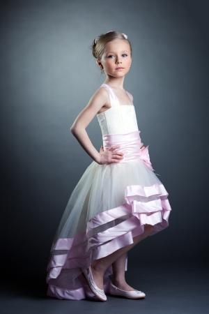 ni�as peque�as: Estudio de retrato de ni�a bonita en vestido