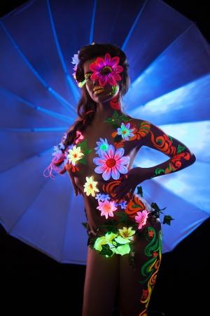 ni�a desnuda: Retrato de la mujer con el arte del cuerpo luminiscente