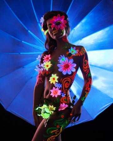 body paint: Retrato de mujer sexy con el arte ultravioleta cuerpo luminiscente Foto de archivo