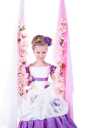 petite fille sur balanoire belle petite fille sur la balanoire floral isol sur fond blanc