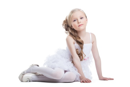 petite fille avec robe: Portrait de jolie fille assise en robe blanche, isolé sur blanc Banque d'images