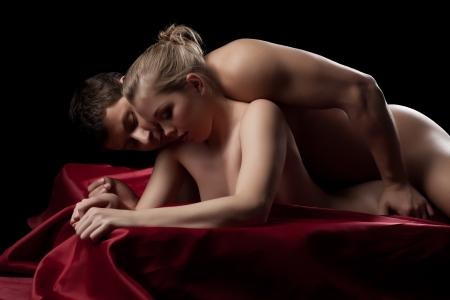 sexuales: Retrato del estudio de la pareja teniendo sexo en la sábana de seda
