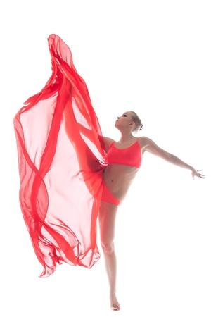 danza contemporanea: Baile gimnasta atractiva con la tela en el estudio, primer plano
