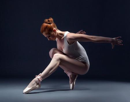 danza moderna: Graceful bailarina esbelta en el estudio, primer plano