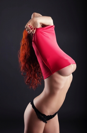 topless: Image de la femme mince aux gros seins d�coller sa robe, close-up