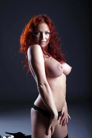 topless: Portrait de femme aux gros seins posant topless chaud, close-up