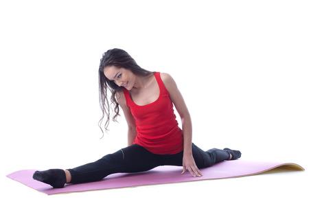 Flexibele slanke brunette doen splitsen tijdens de training in de studio