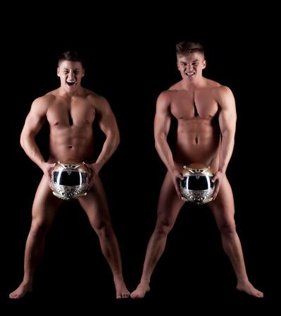 männer nackt: Bild der emotionalen nackte Männer posieren mit Helmen, isoliert auf schwarz