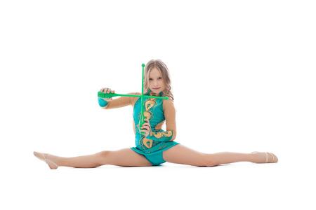 acrobacia: Imagen de la bella gimnasta artística sentado en fractura