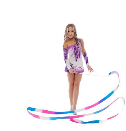 gymnastique: athlète de gymnastique rythmique Mignon effectue avec un ruban, isolé sur blanc Banque d'images