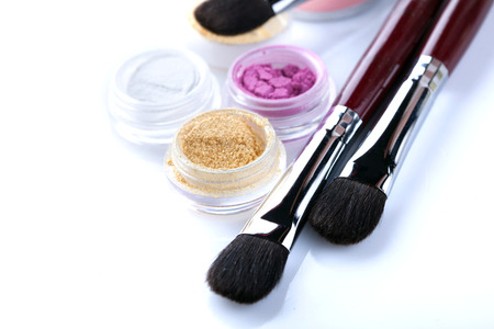 crumbly: Image of cosmetic brushes and crumbly eyeshadows, close-up Stock Photo