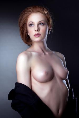 topless: Portrait de belle femme posant topless, close-up Banque d'images