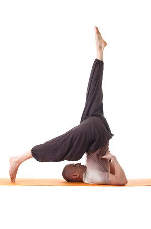 Studio, coup, homme athlétique souple faisant du yoga, isolé sur blanc