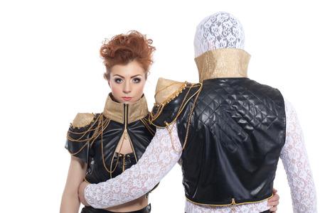 poses de modelos: Jóvenes bailarines contemporáneos que presentan en trajes de encaje de cuero, aislado en blanco Foto de archivo