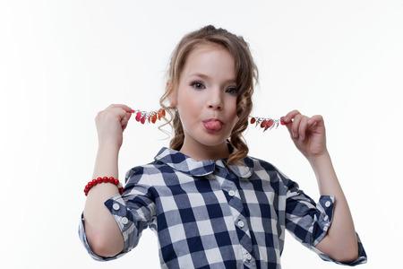 niño modelo: La niña divertida tira de ella para los pendientes, primer plano Foto de archivo